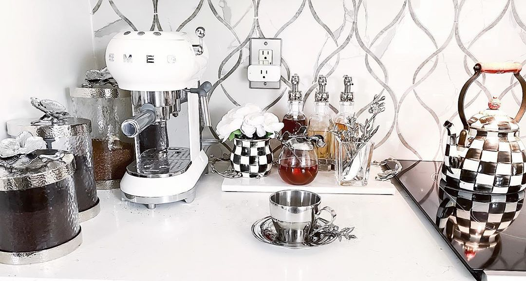 "𝒥𝓊𝓁𝒾ℯ𝓉𝓉ℯ🖤HOME DECOR on Instagram: ""Sunday morning cup of coffee ☕️ are the best!  #happysundaymorning . . . . . . .#michaelaram #doityourself #kitchendesign #coffeestation…"""