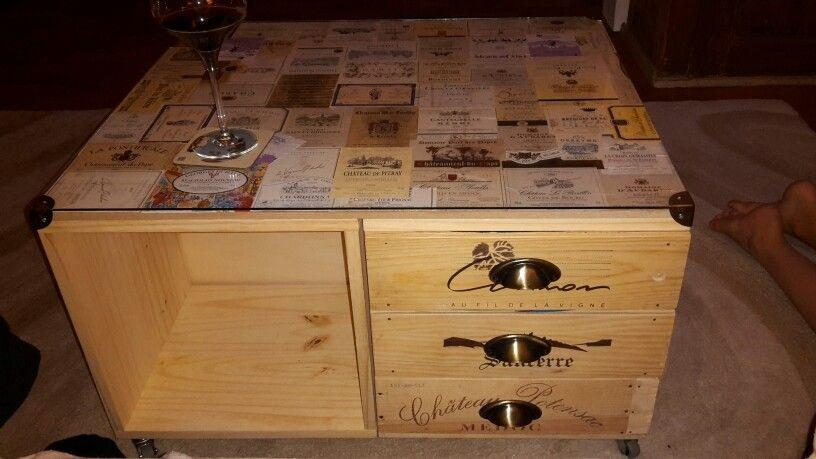 table basse avec caisse de vin et tiquettes de vin table basse pinterest caisse a vin. Black Bedroom Furniture Sets. Home Design Ideas