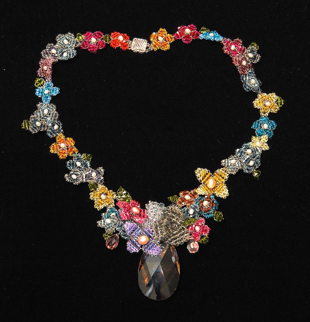 BEAUTIFUL NECKLACE\'S   This beautiful necklace works best on any ...