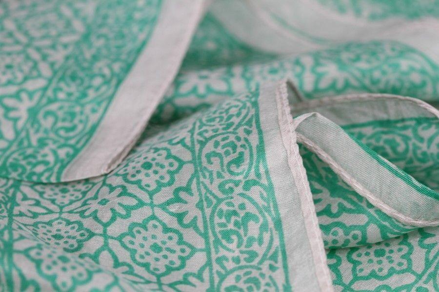Petit foulard carré années 40 et 50 pas cher en soie, un foulard coloré,  blanc, bleu et vert pastel avec de jolis motifs imprimés pour mode à petit  prix. ad5b988c2d0