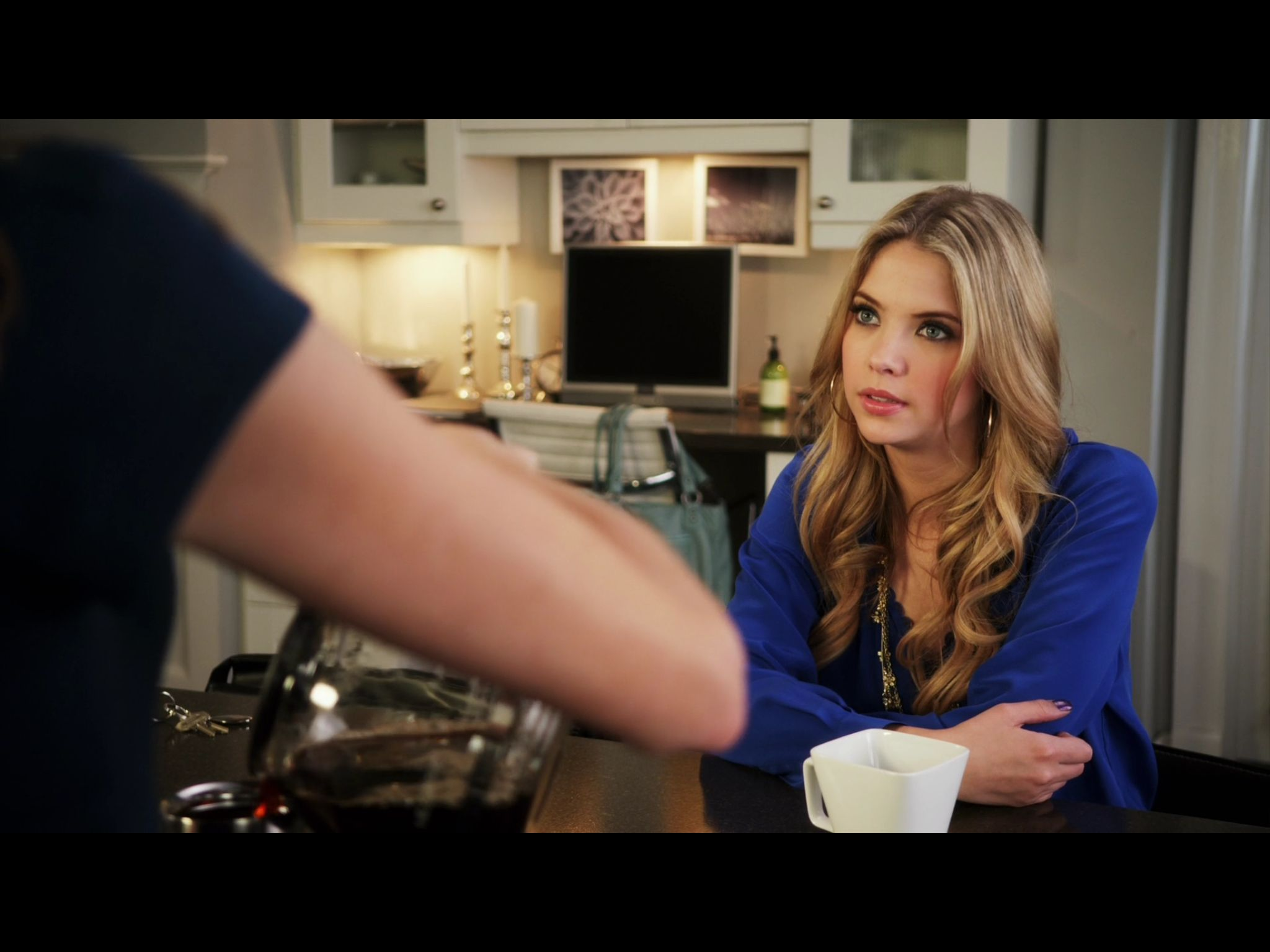 Related spencer hastings living room hanna marin kitchen - 1x8 Hanna At Home In The Kitchen Livingroom With Her Mom