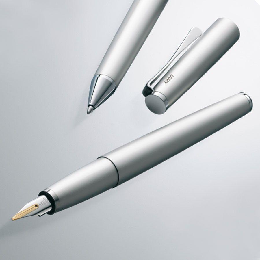 Stylo personnalisé Lamy Studio : son clip en forme de pale d'hélice lui confère une touche d'originalité. Décliné dans plusieurs coloris contemporains, ce stylo à personnaliser vous accompagnera avec style dans tous les moments du quotidien.