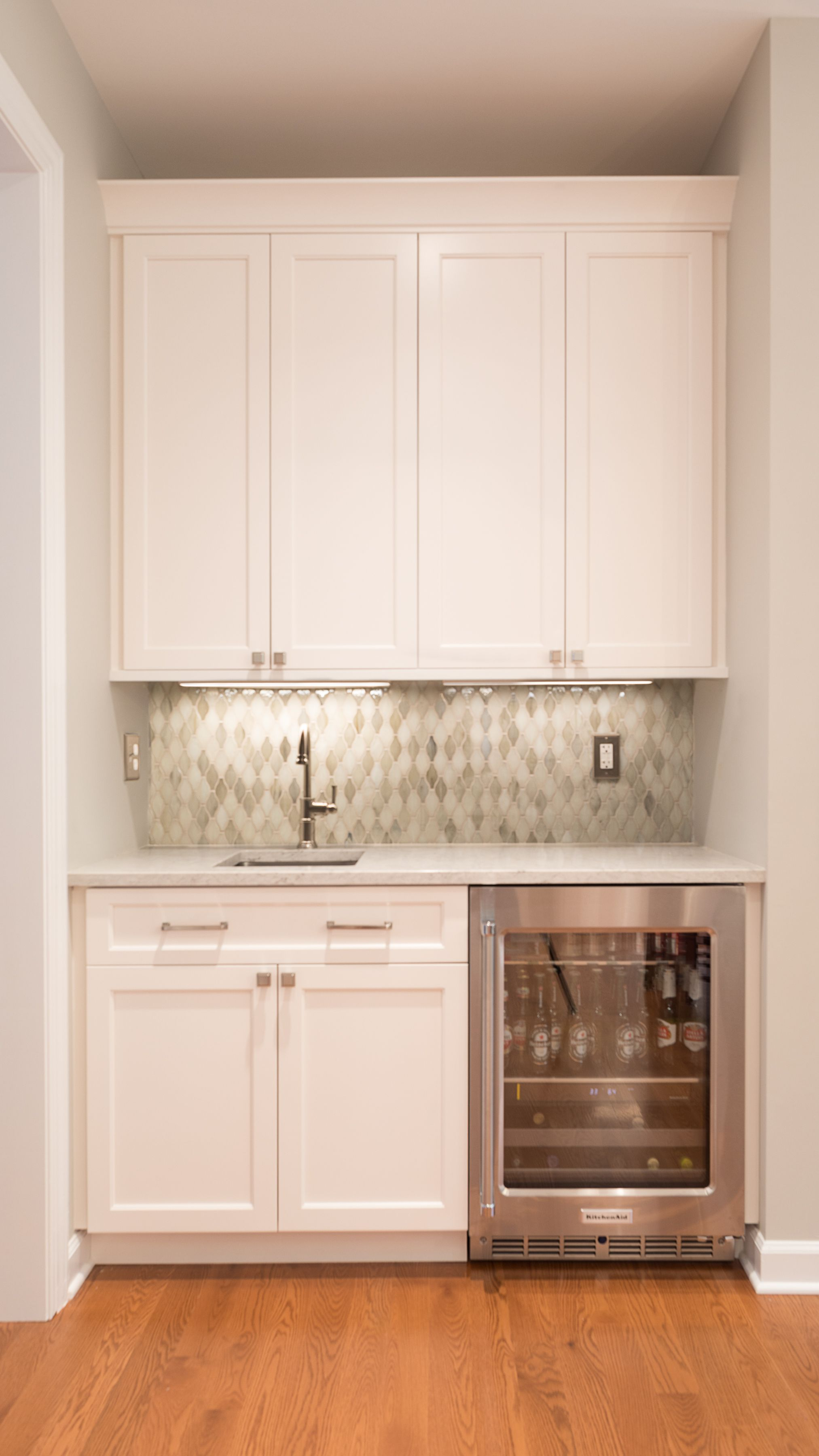 This Beautiful Wet Bar Definitely Amps Up The Style Factor Clean Lined Soft White Shaker Cabinets Eleg Kitchen Remodel Basement Bar Designs Wet Bar Basement