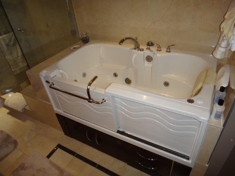 ADL Spa Bathtub with a Basic fixture set, left door and water ...
