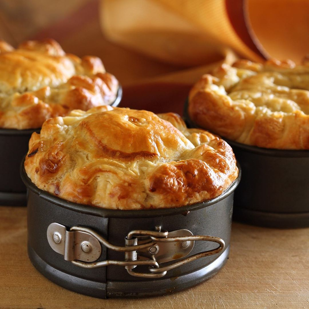 Learn How To Make A Delicious Braised Beef Pie With Red Wine Fennel And Green Olives Perfect For Enterta In 2020 Chicken And Mushroom Pie Sour Cream Pastry Beef Pies