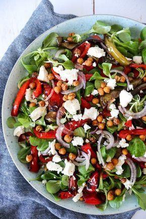 Knuspriger Salat Mit Ofengebackenen Paprikaschoten, Roten Zwiebeln, Feta Und Geb... -