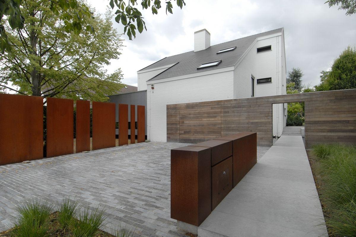 Moderne voortuin in belgië vooral de waterpartij wanneer je door de poort loopt