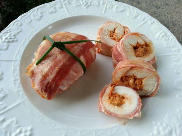 Involtini di pollo con pomodori secchi e Bacon