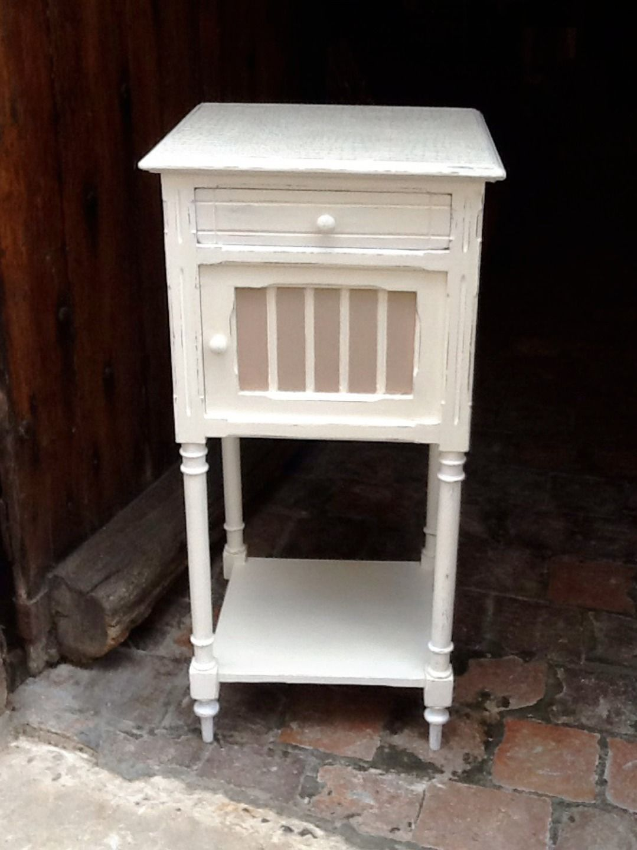 chevet ancien relook blanc et sable effet vieilli meubles et rangements par lacaverne89. Black Bedroom Furniture Sets. Home Design Ideas