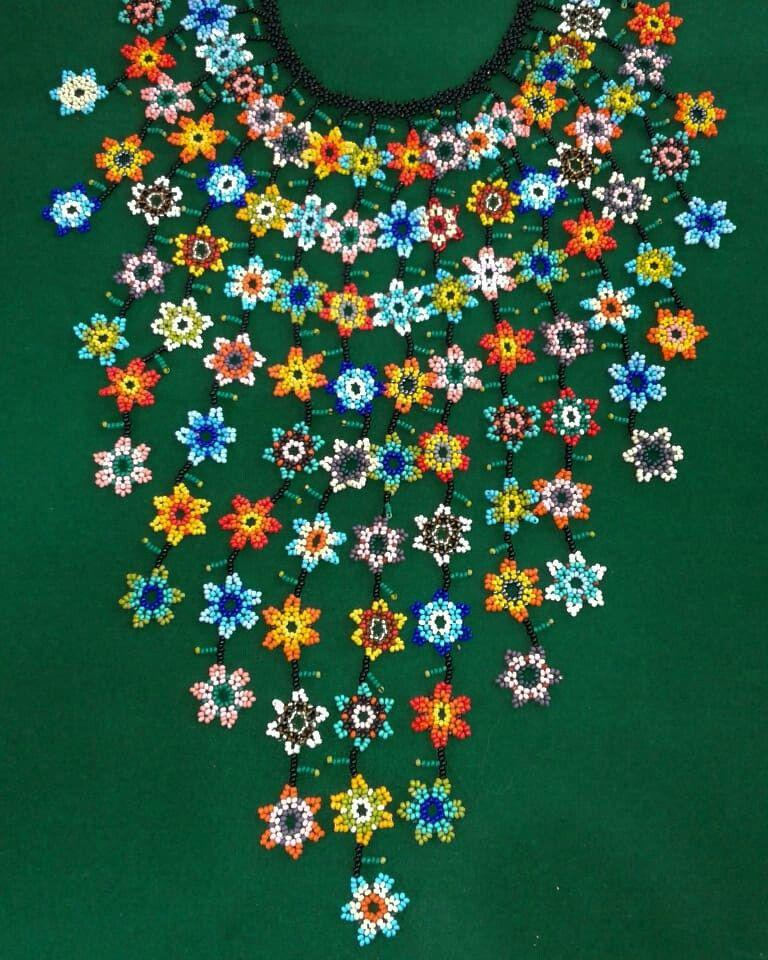 f75d7e533be8 Hermoso collar en Cascada de flores hecho en mostacilla Collares Étnicos