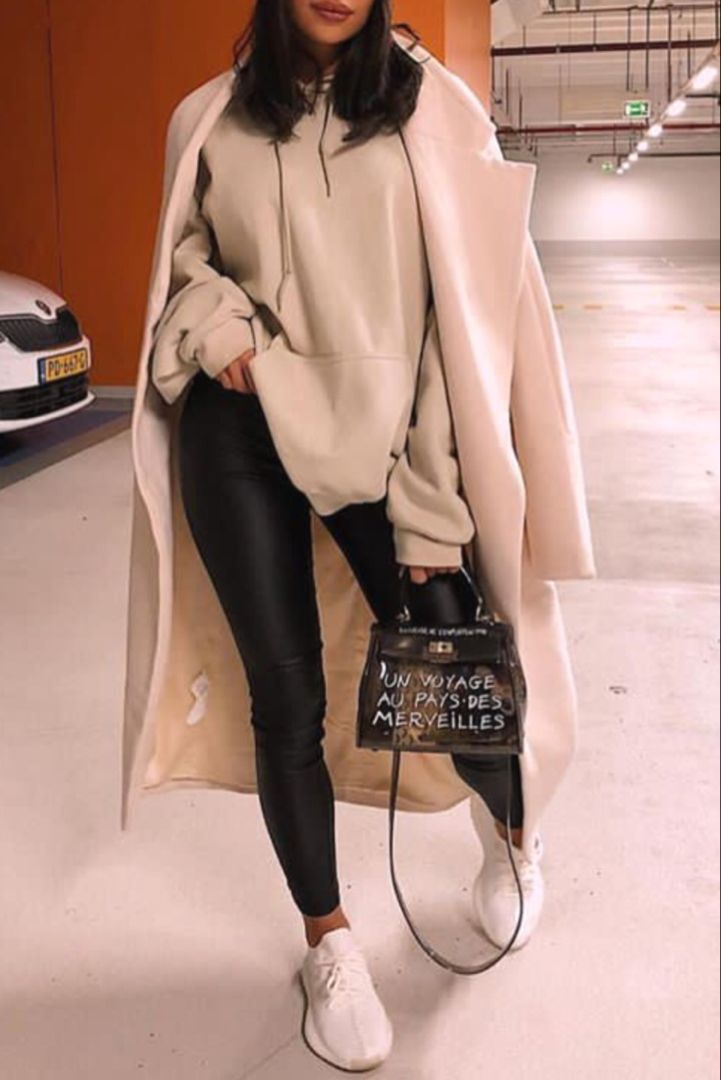Mode femme automne/hiver tenue streetwear avec un legging, un sweat beige, des b…