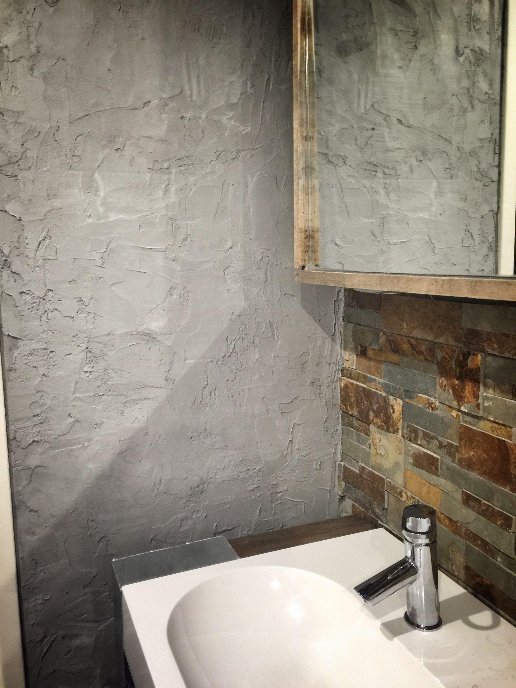 betonlook stuc van tegellijm op kleur gemaakt met zwarte muurverf