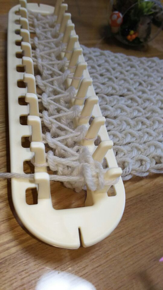 マフラーニットメーカーの使い方⑤出来上がりのとじ方☆ 2番には三本の糸が掛かっている状態。 三本のうち、下二本を編み棒ですくって掛け棒から外します。