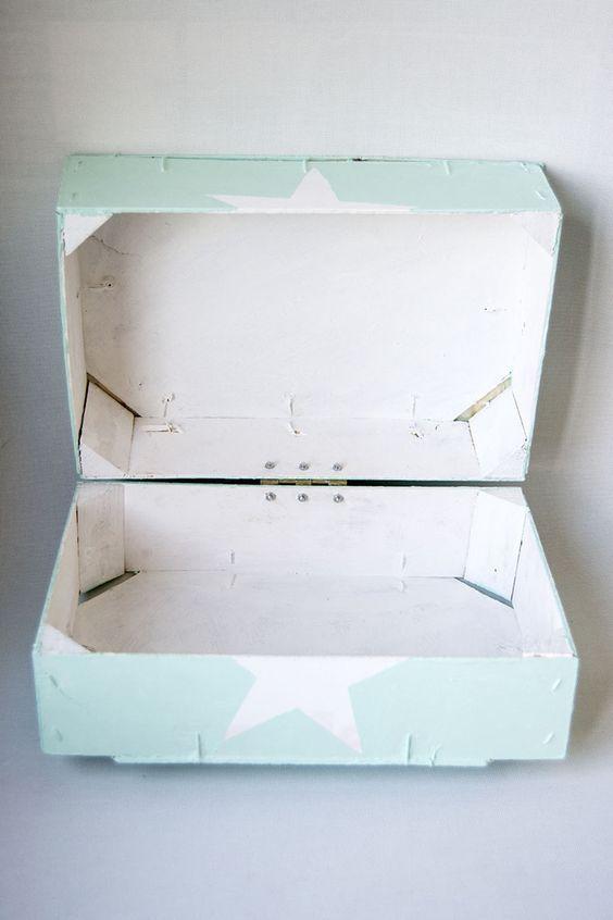 Las cajas de fresas dan mucho juego, como ya seguro que sabéis. Con ellas preparé la mesa dulce de la primera comunión de mi hija, que fu...