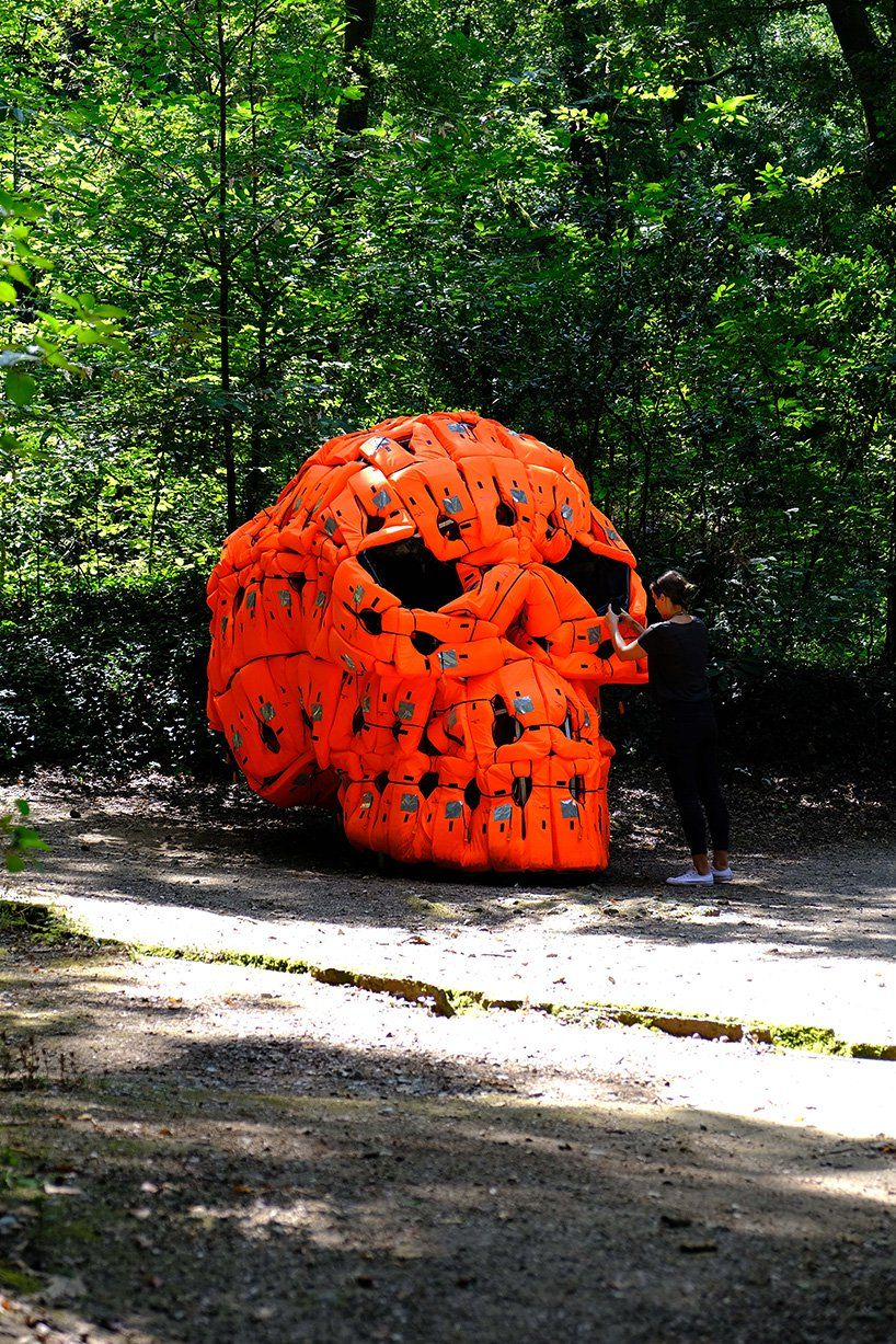 Pedro Pires Sculpts Large Scale Skull Using 140 Life Vests And Rubber From A Refugee Dinghy Art Sculptures Sculpture Sculpture Art Dinghy