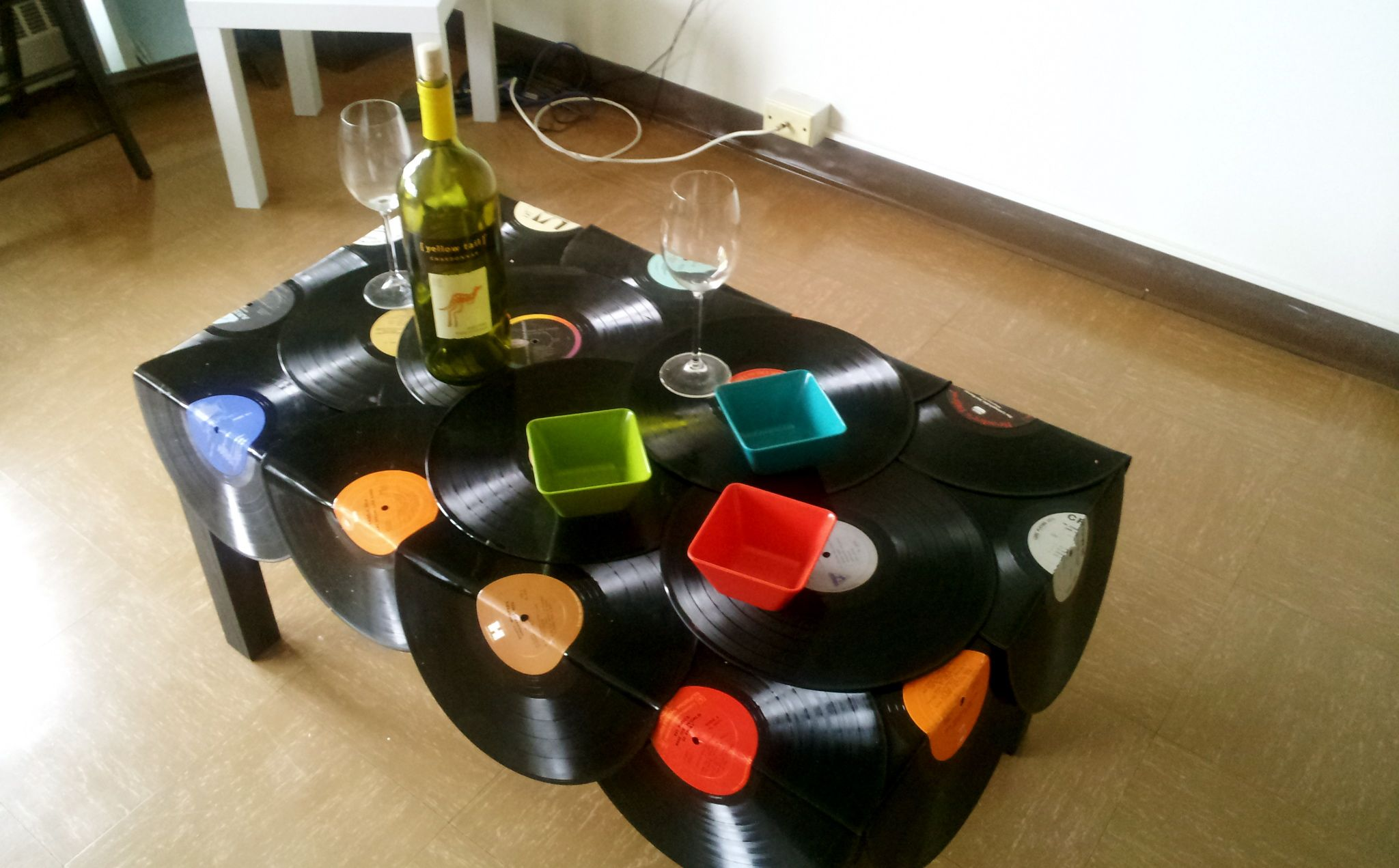 Ideas de reciclaje vinyl records vinyls and tables for Vinyl record decoration ideas