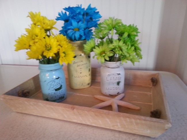 Clever Flower Containers For Your Garden Bouquets Clever Flower Containers Painted Mason Jars with Daisies #budgetdecorating #countrygardening #creativedecorating #upcycleddecorating