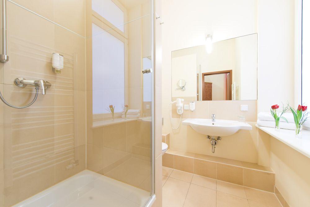 Fenster Badezimmer ~ Ein helles modernes badezimmer mit fenster. hotel zarenhof berlin