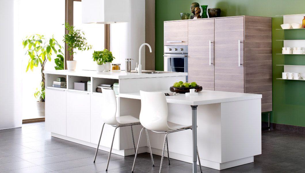 Cucina bianca in stile moderno con frontali VEDDINGE e BROKHULT e ...