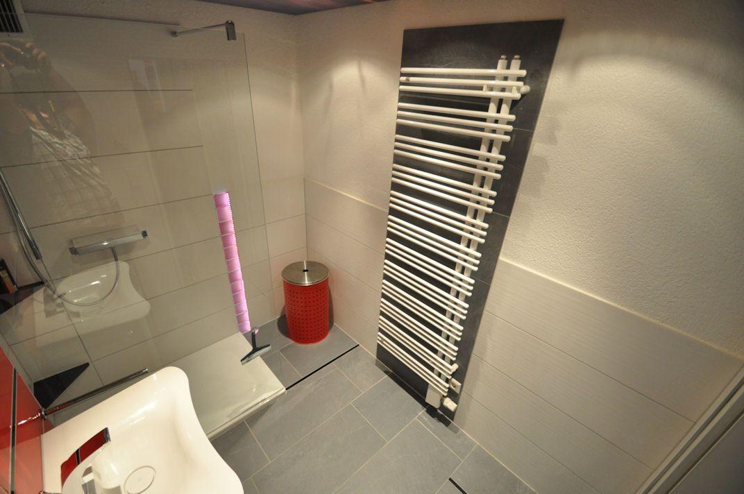 Badezimmer Heizkörper ~ Badezimmer andrazit farbene fliesen hinter dem heizkörper ergeben