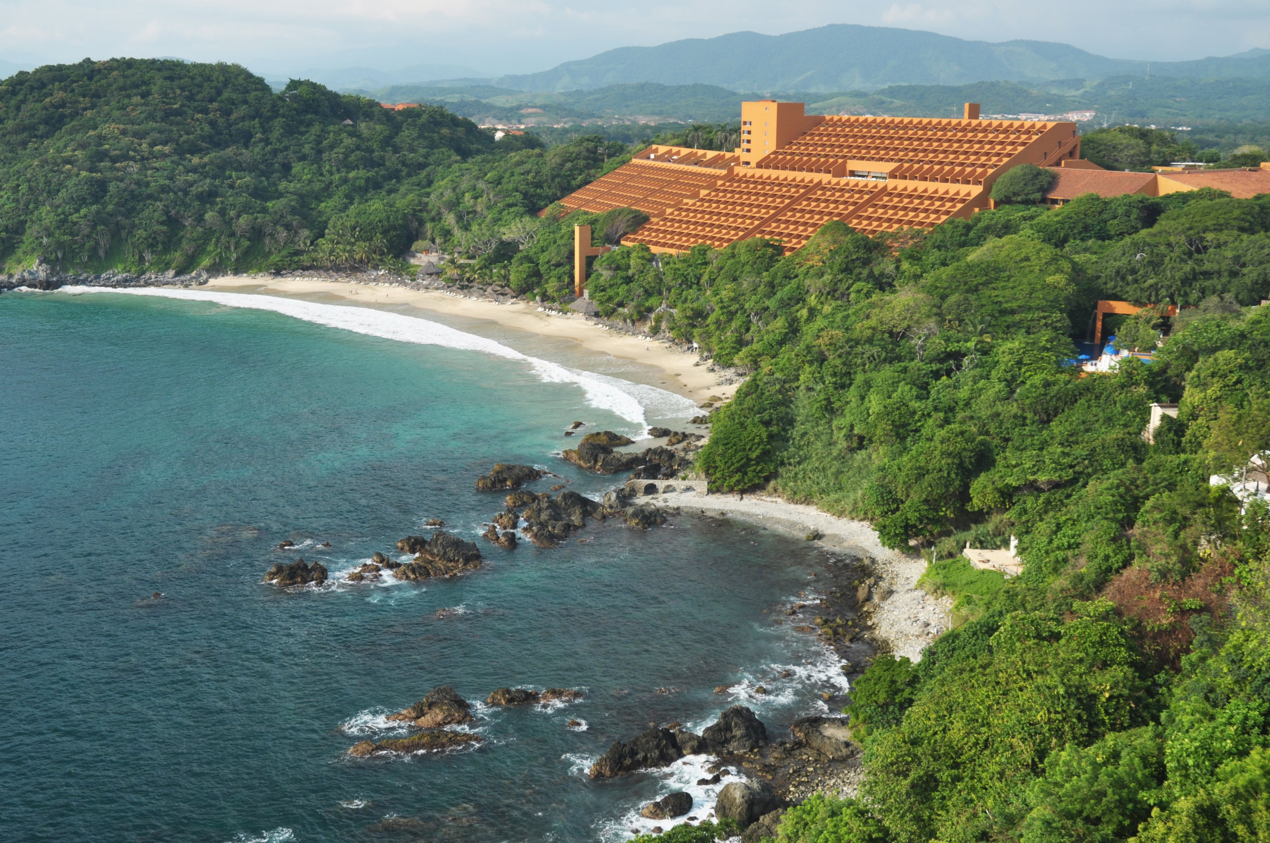 Las Brisas Ixtapa one of the brand's most popular resort has a new contemporary look with major changes in its guest rooms, hallways, meeting space and restaurants.