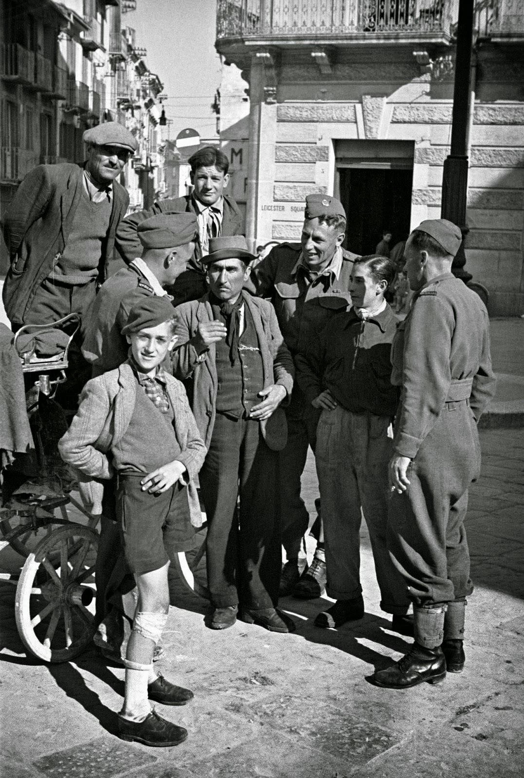 Molise Campobasso, Italy in 1944 - New Zealand troops on leave meet a gharri driver for sightseeing   #TuscanyAgriturismoGiratola