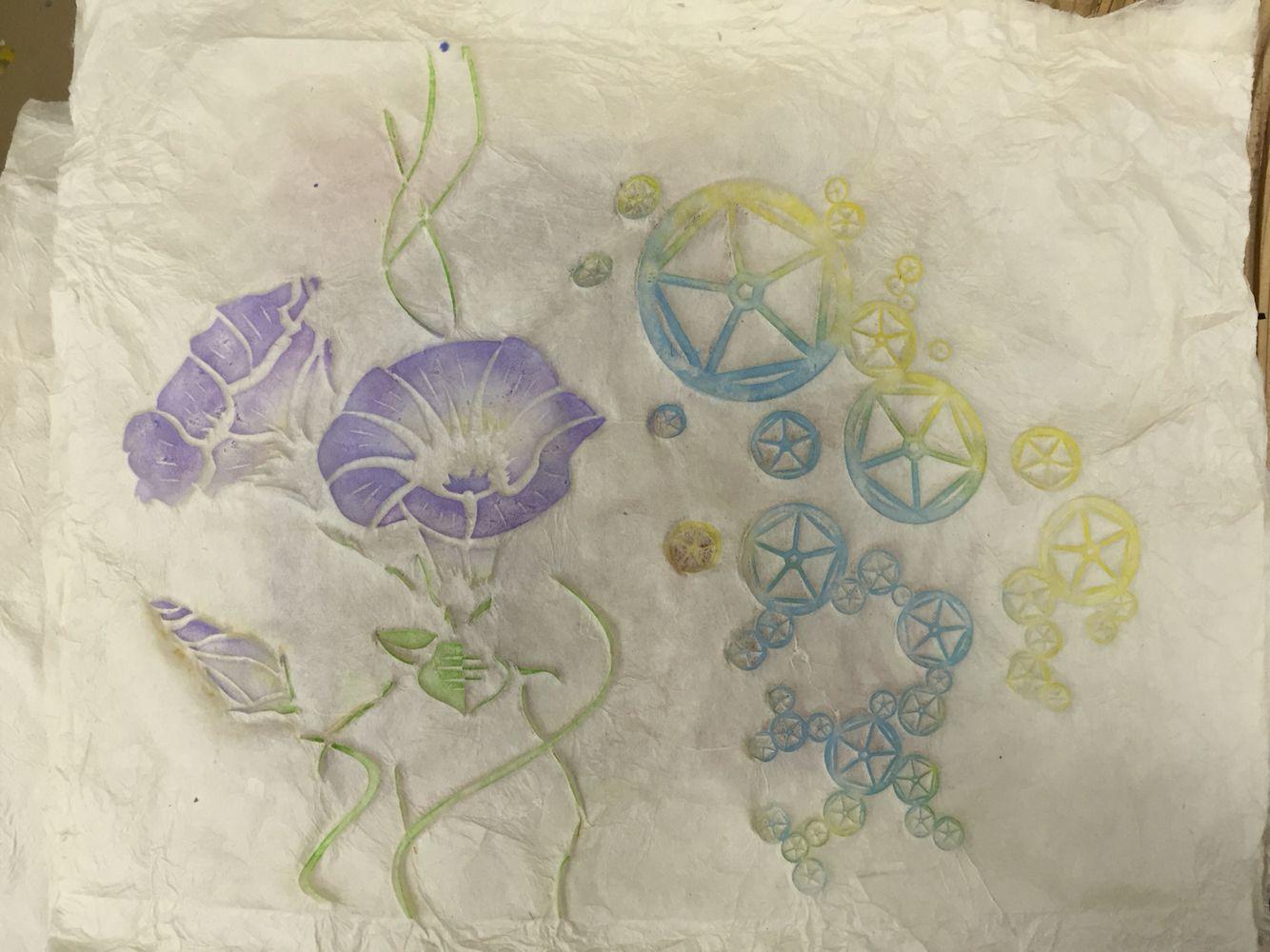 [C]職人さんの手ほどきを受けながら手漉き和紙の作成及び拓本染めを体験して作った作品。  自分でアサガオをモチーフにデザインした。