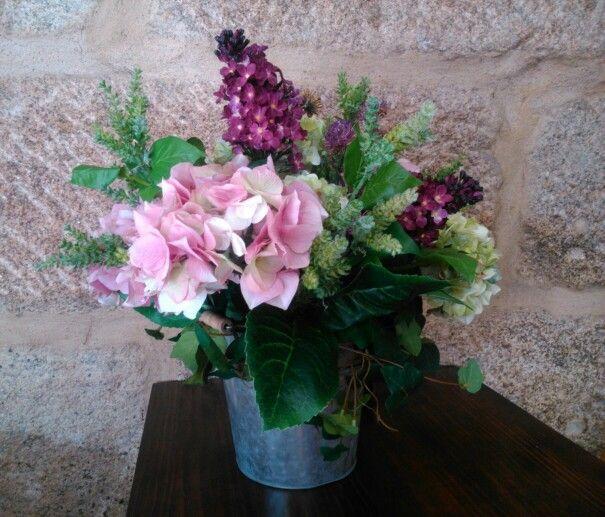 Centro con flores artificiales
