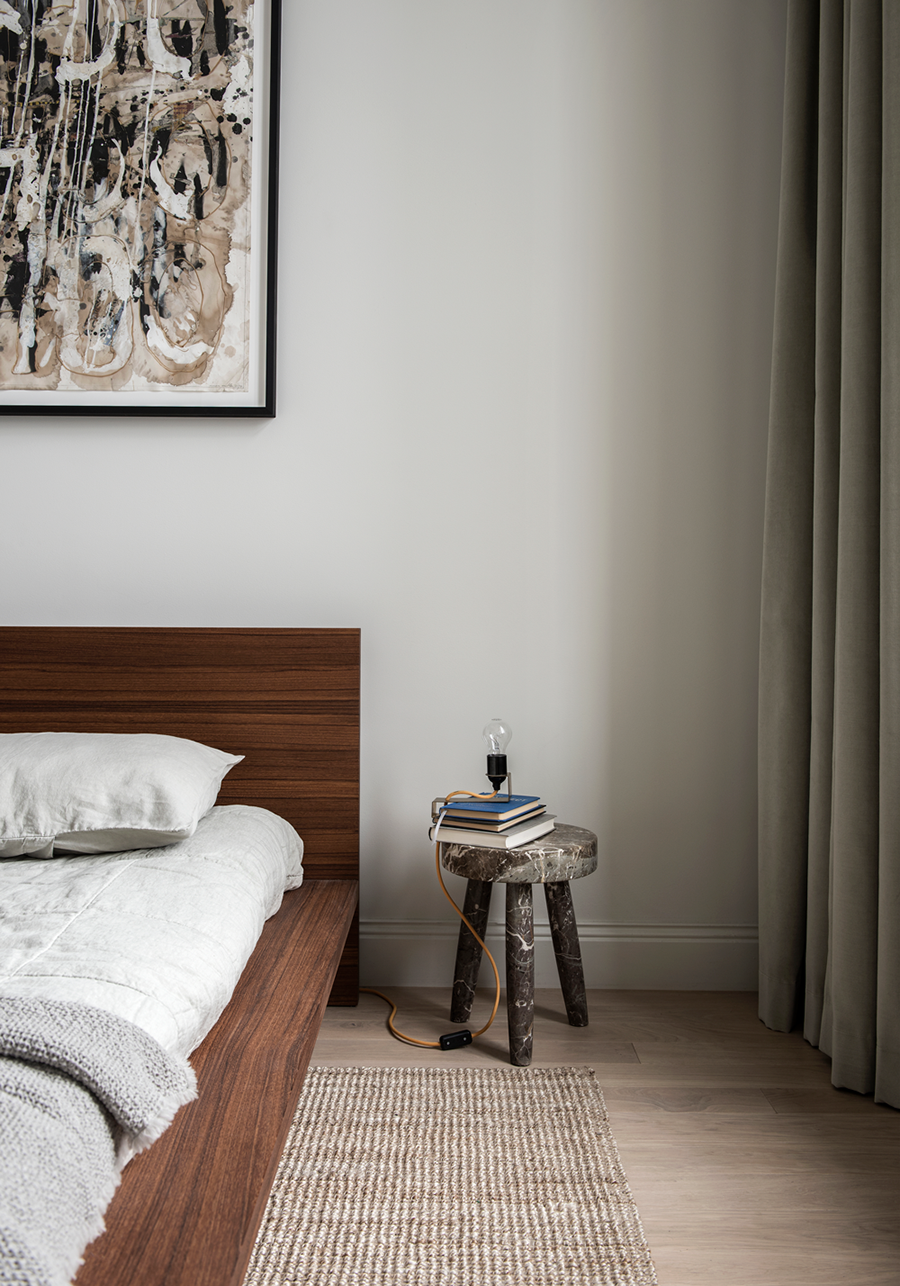 Schlafzimmer Skandinavisch Modern Minimalistisch Schlicht Reduziert Bett Holz Nachttisch Hocker Deko Kunst Gemald Dark Brown Furniture Interior Stylish Bedroom