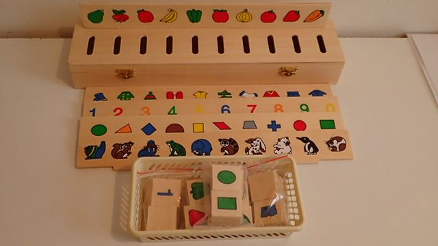 Triedenie a vhadzovanie vecí podľa výberu (geo. tvary, čísla, oblečenie, ovocie a zelenina, zvieratka). 50 ks na triedenie