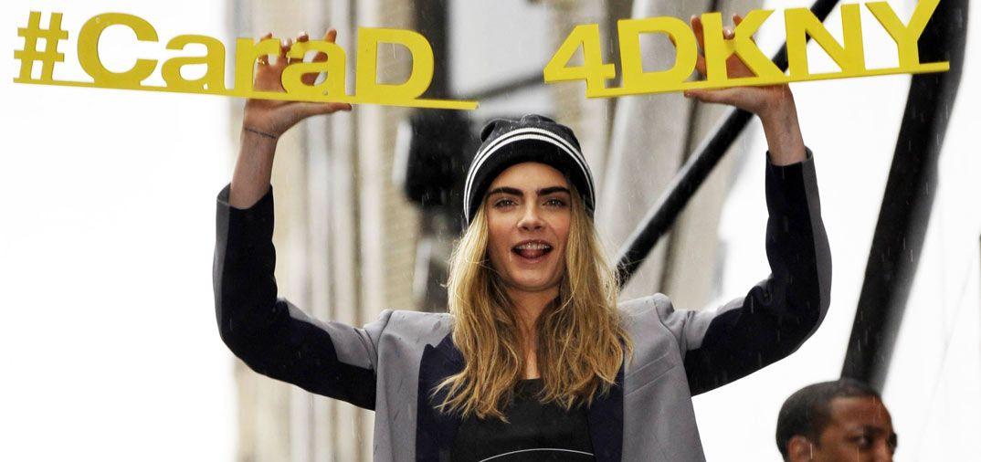 Definitivamente Cara está de moda le pese a quién le pese… La modelo británica, a pesar de la lluvia torrencial, no dudo en salir al balcón para presentar la nueva colección de DKNY. Cara es notici...
