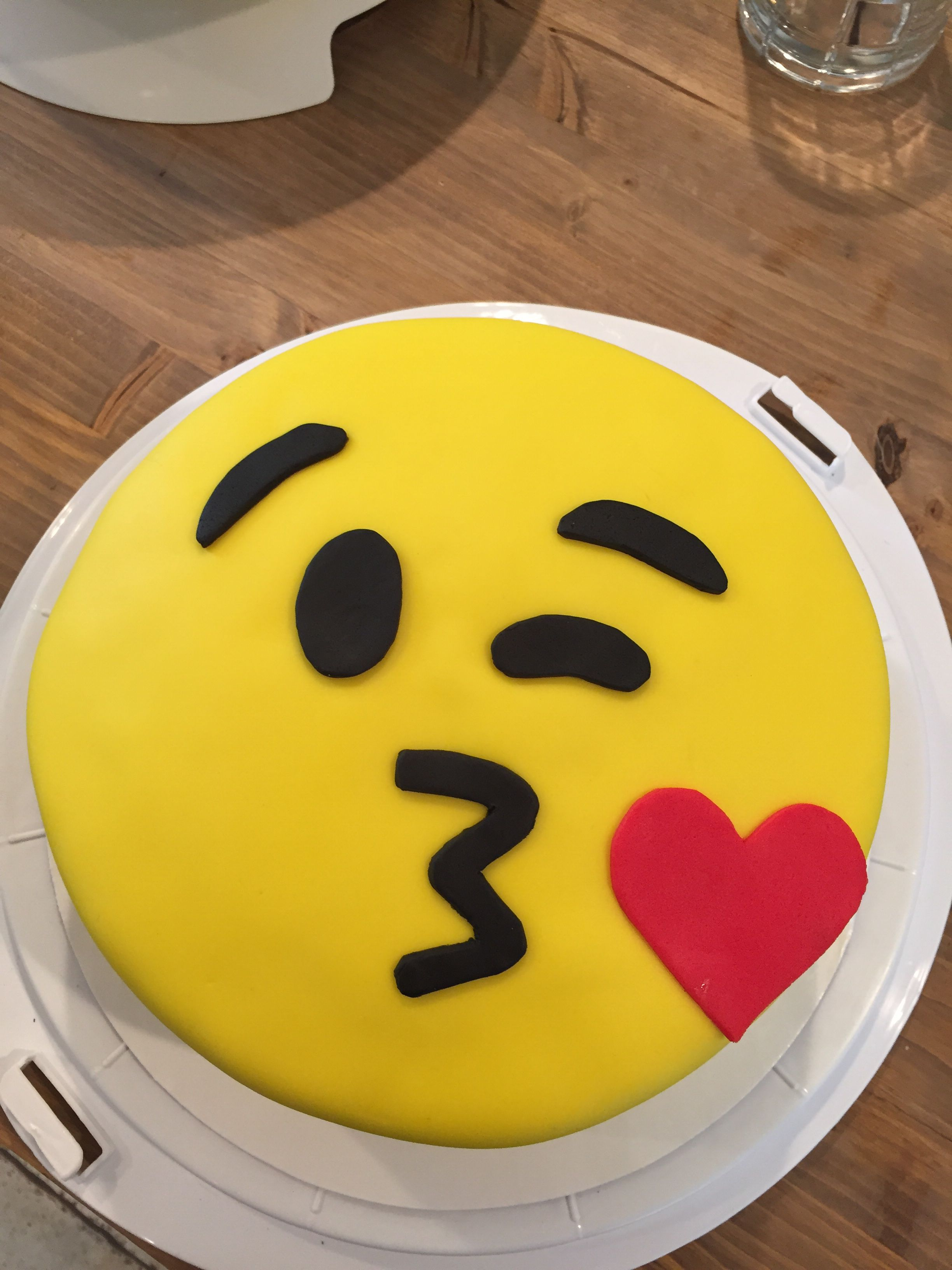 Kiss Face Emoji Cake For Avery Make It A Cake Pinterest Emoji