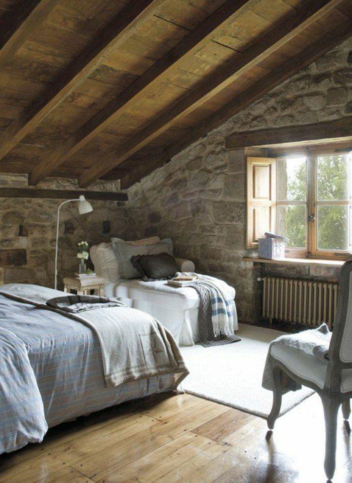 Schlafzimmer Landhausstil Steinwand Holzboden Dachschräge Weißer Teppich