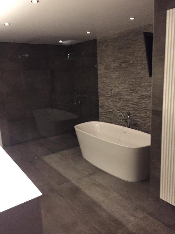 Een knappe steenstrip muur als accent past perfect in een badkamer ...