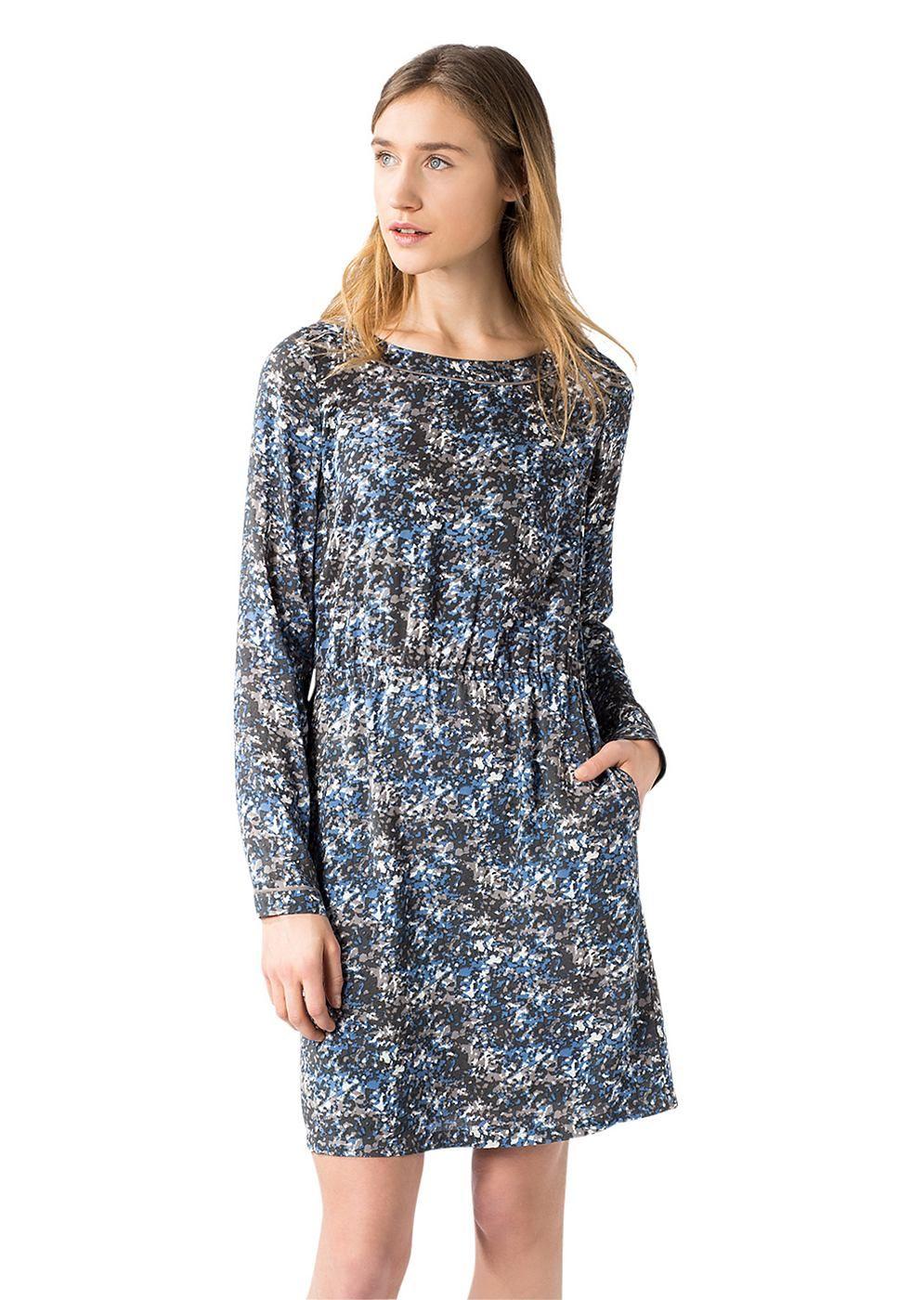 Im designstarken All Over-Print kreiertes Sommer-Kleid aus hochwertiger 100%-tiger Viskose. Das luftig-leichte Konzept weist einen schönen, fließenden Fall auf und ist durch die legere Passform mit der elastischen Taillierung ein besonderes Wohlfühl-Highlight....