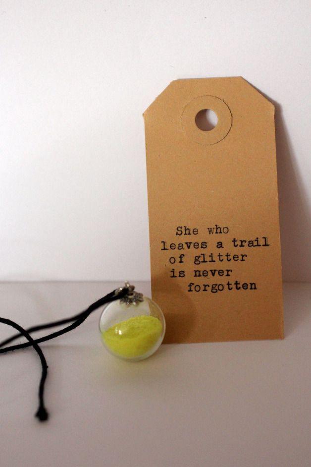 She who leaves a trail of glitter is never forgotten, een bolletje van glas, gevuld met glitter