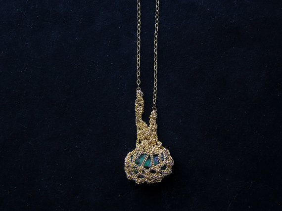 raw emerald crochet necklace 14k goldfilled ooak par PetiteMortShop