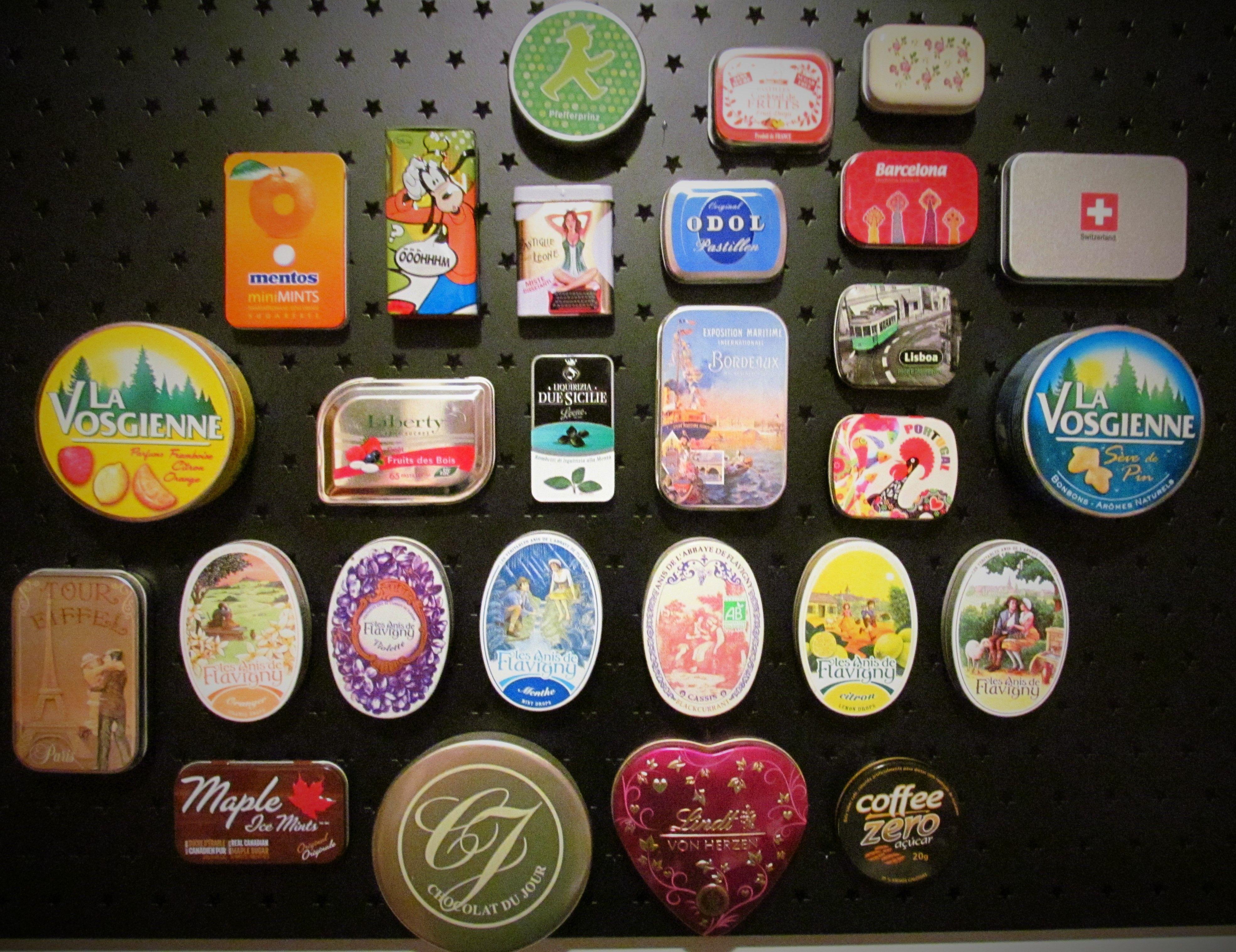 Coleção de latas de balas - Fixação com ímãs em painel metálico
