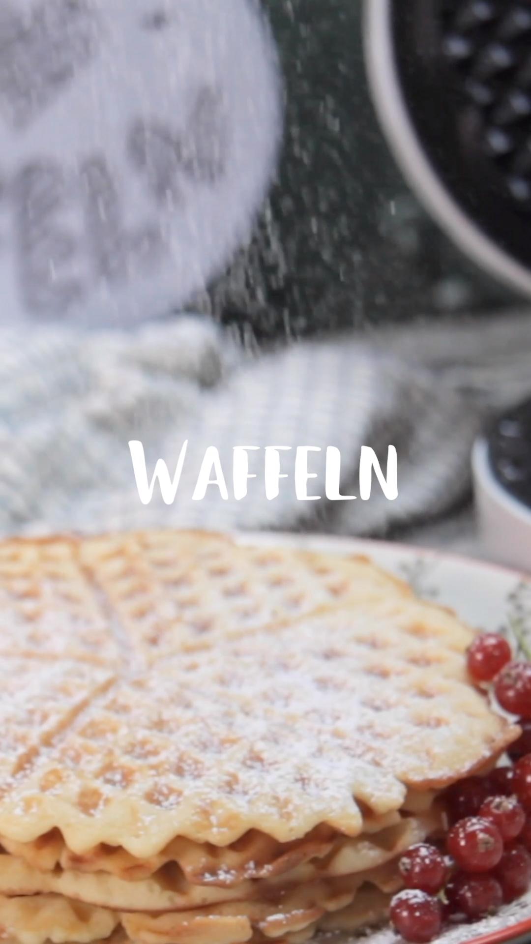Diese Waffeln sind super einfach – das ist wirklich der perfekte Grundteig! Leider, machen wir sie viel zu selten, dabei sind sie viel leichter zubereitet als ein Kuchen. Dieses Rezept solltest du dir also gut aufbewahren! #waffeln #waffelrezept