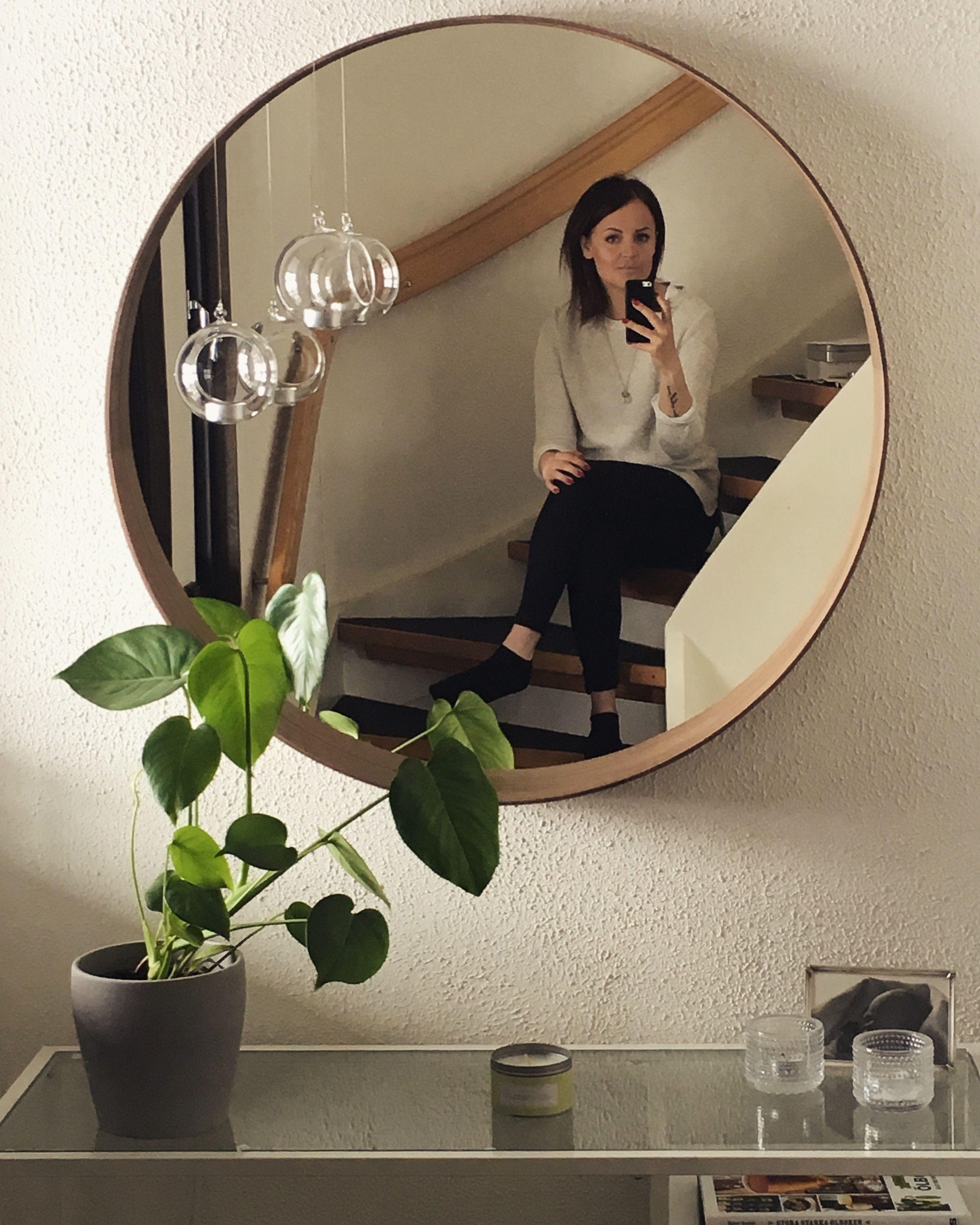 Round Mirror And Monstera Vittsjö