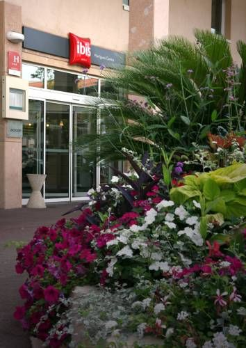 ibis Martigues Centre Martigues Just 15-minutes from the beach is ibis Martigues Centre. It offers an all-you-can-eat buffet breakfast, a 24-hour snack service and free Wi-Fi access.  Rooms at ibis Martigues are contemporary in style and decorated in neutral tones.