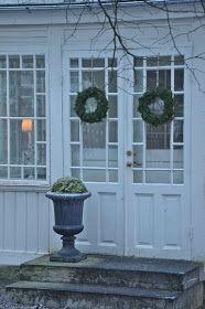 Kallt och blåsigt är det.Har varit ute ochmed hunden och vinden bet allt tag i kinderna. Här har ni ingångentill verandan. Den ...