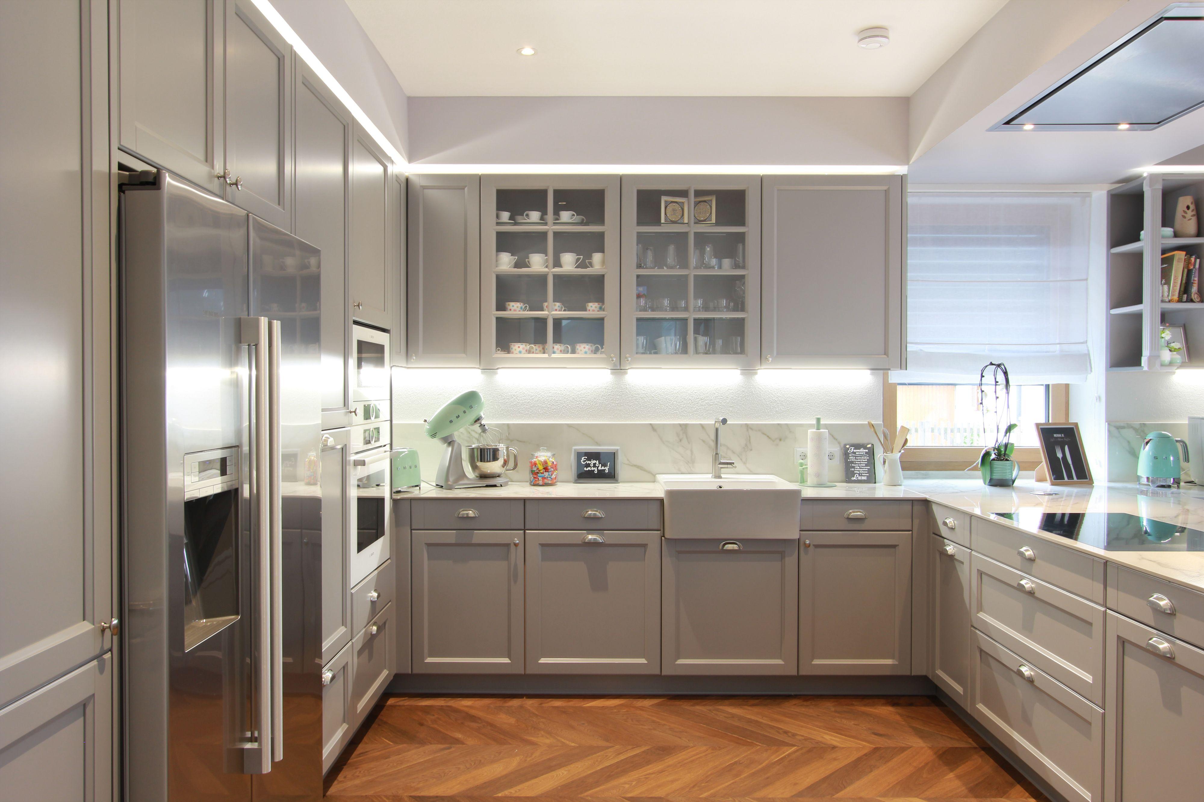Englische Landhausküche in Grau | Haus küchen, Landhausküche, Wohnung küche
