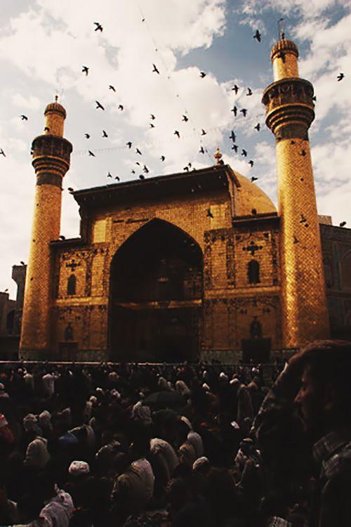 Maula Ali Shrine Wallpaper: Worshipers Are Seen At The Shrine Of Imam Ali. Najaf, Iraq