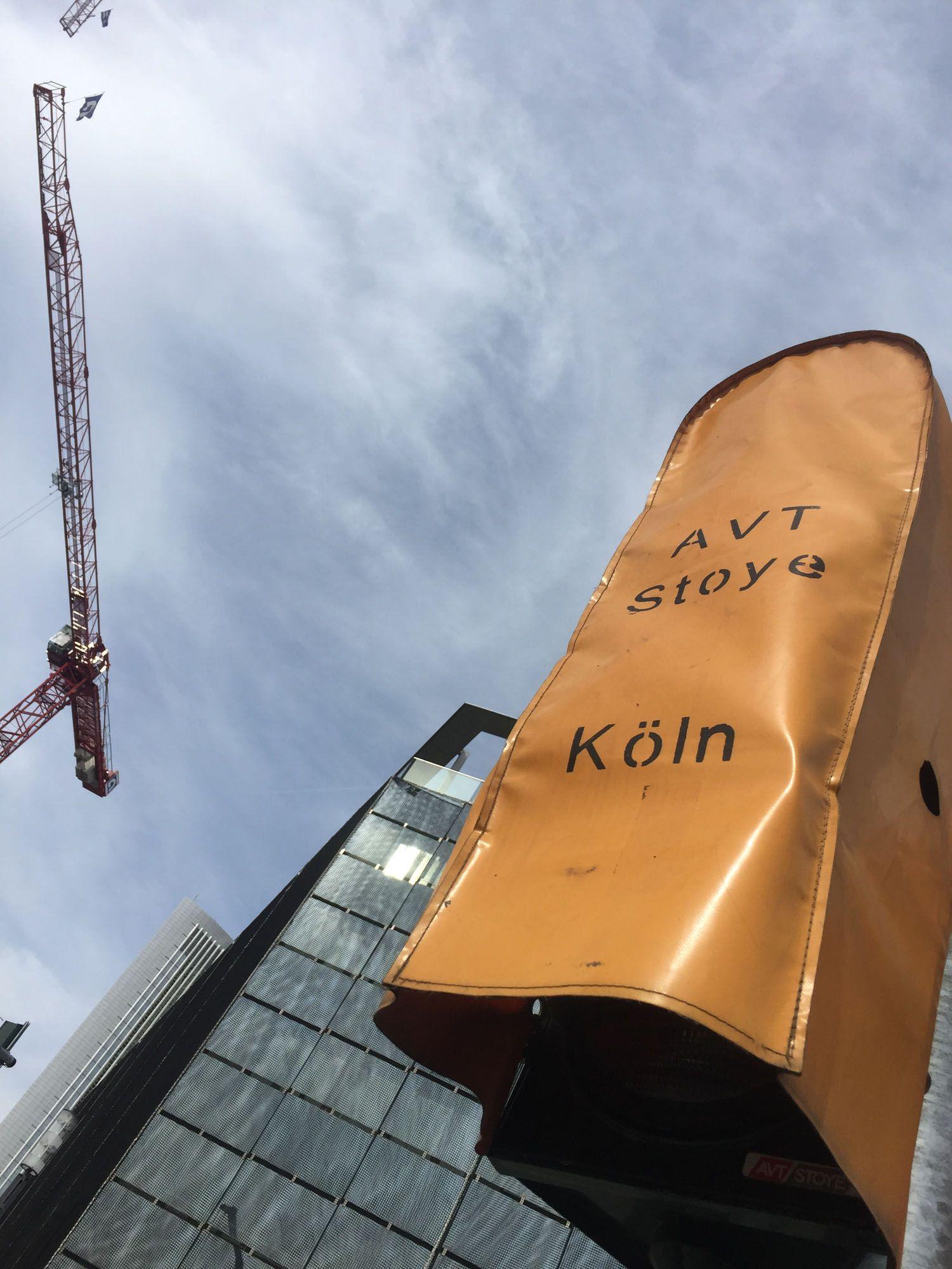 In meiner Bildergalerie Kölle es övverall auf Op jück gibt's Kölner Fundstücke aus der ganzen Welt. Wie diese Ampelabdeckung in Frankfurt.