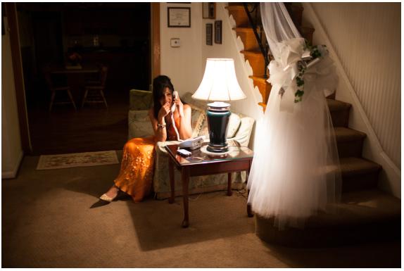 vestido de la novia esperando en la escalera