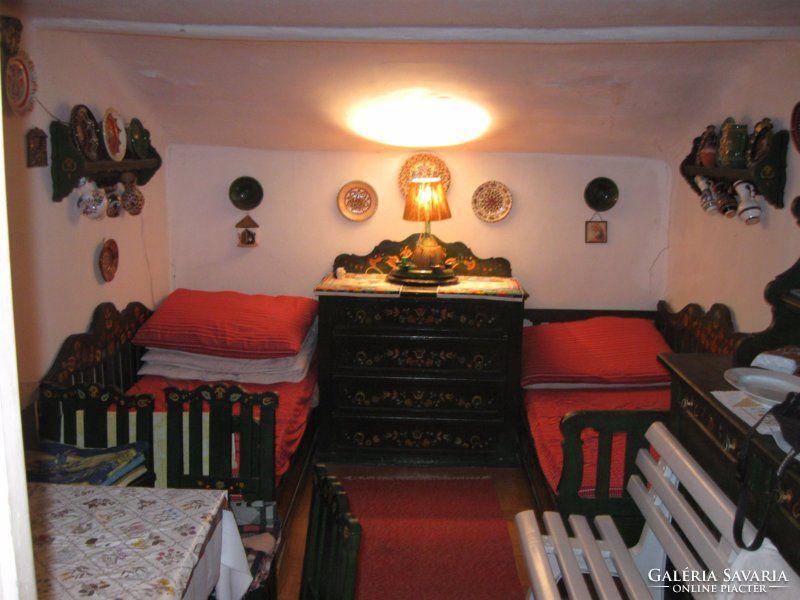Tulipános láda szerű teljes szobabútor 100 éves