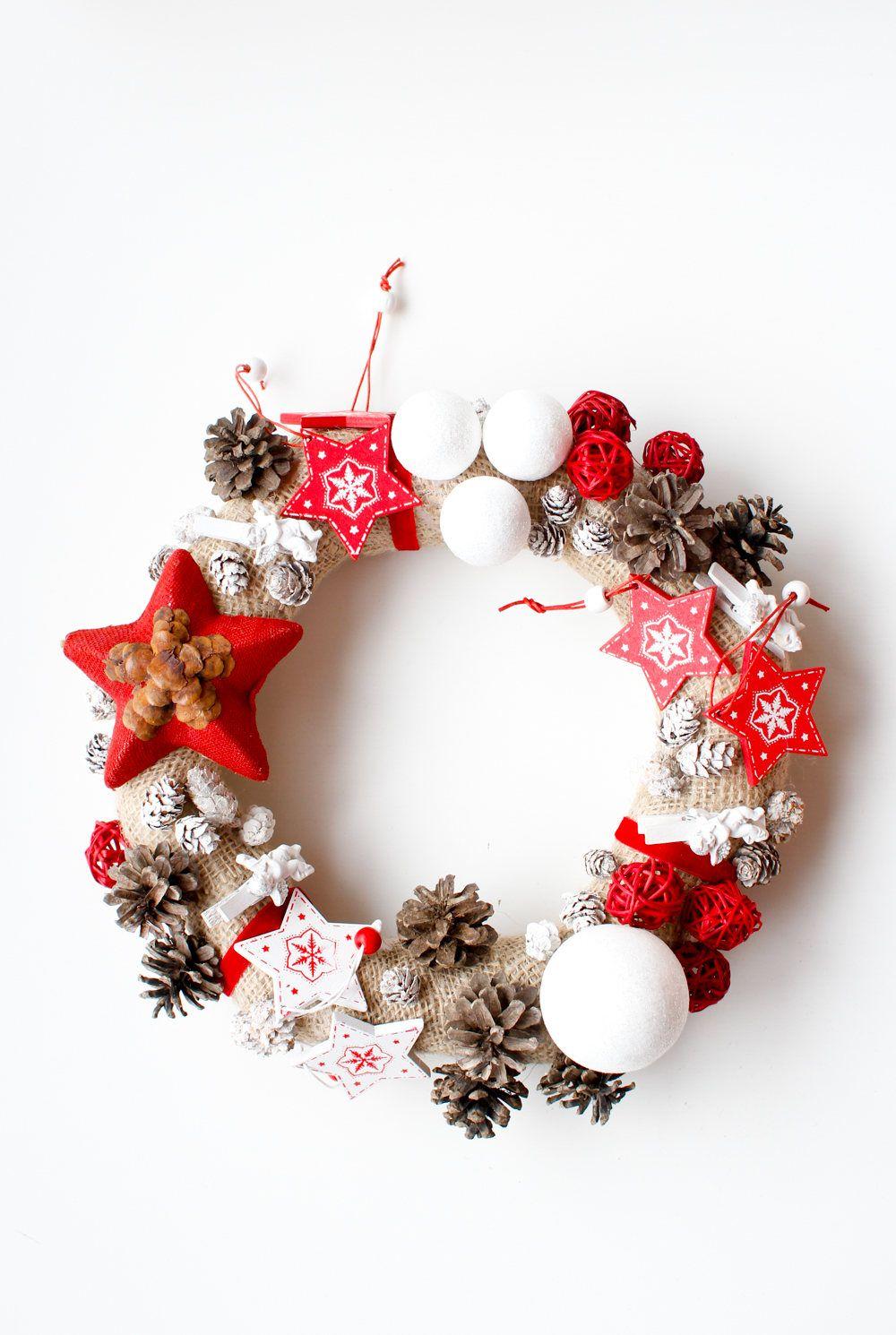 Corona Navideña Navidad Para Colgar En La Puerta Guirnalda Rústica Piña Bolas Angeles Rojo Blanca He Coronas Navideñas Coronas De Navidad Guirnaldas De Navidad