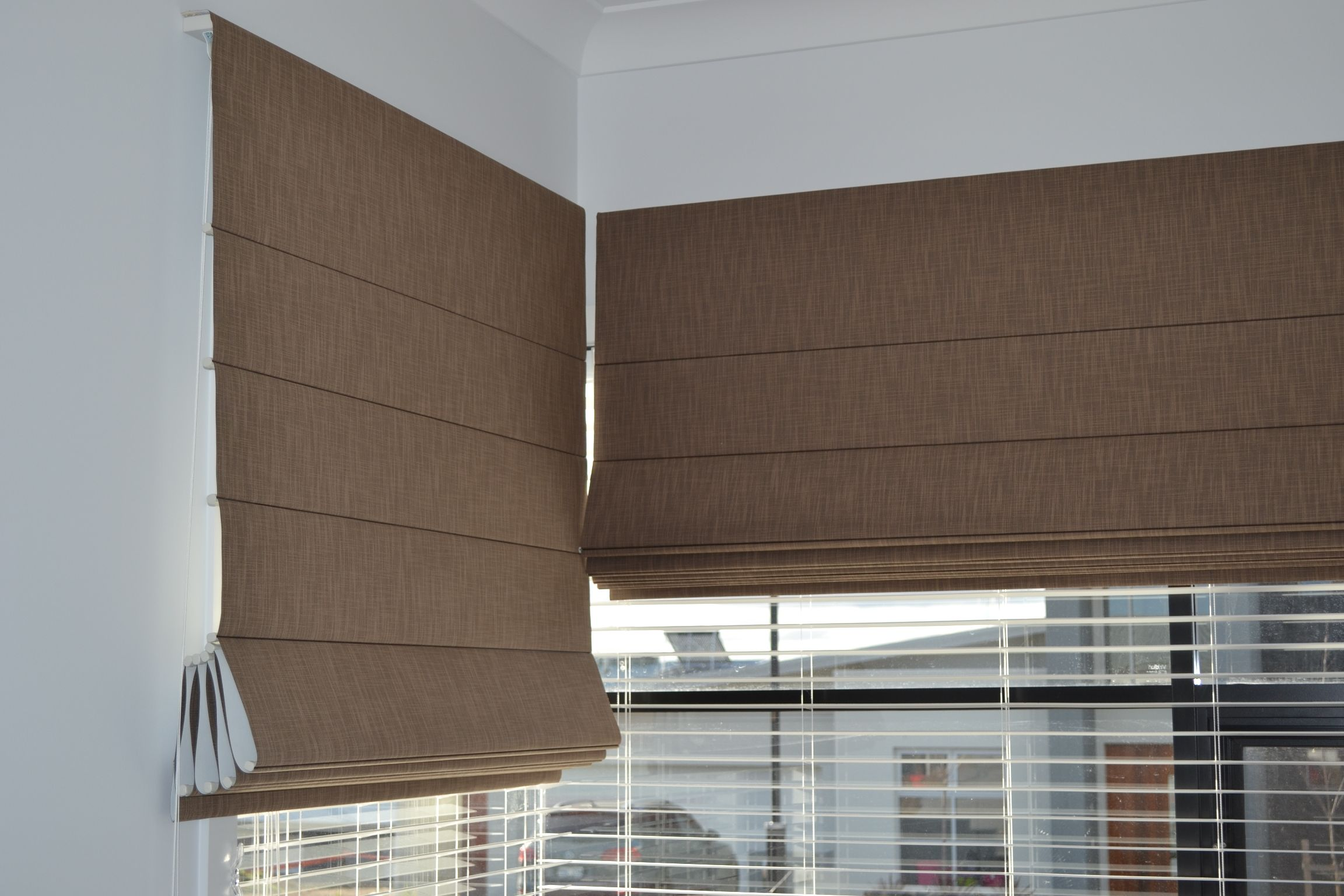 Roman blinds are suitable for corner windows roman for Pictures of roman shades on windows