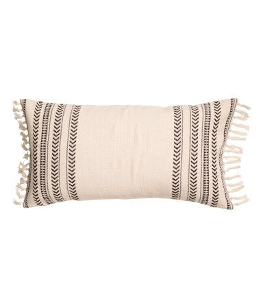 Natural white/striped. Jacquard-weave cushion cover in cotton fabric with fringe at short sides. Concealed zip.